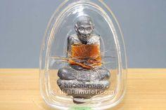 Original Ruup Loo Nüa Tagua Khoom Phan Pii Ruun Raeg (Serie 1) des ehrwürdigen Luang Phu Galong, Abt des Wat Kao Laem,  aus dem Jahr 2549 (2006). Das Amulett erschuf der ehrwürdige Luang Phu Galong in einer Kleinserie von nur 9.999 Stück, die er 2 Jahre lang jeden Tag weihte. Jedes Amulett besitzt eine Seriennummer.