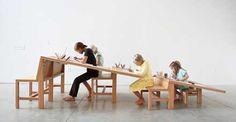 世代を超えて共に学べるデスク「Growth Table」      大きな合板を斜めに設置することで、片側には背の高い人、片側には背の低い人、というように、自分の高さに合った場所を、一つのデスクの中に見つけることができます。全ての人が同じ方向を向くことで開放感の中でも自分の空間を持てたり、それぞれが向き合えばミーティングやブレストなども簡単にはじめられそう。