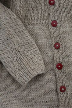 details and button color, lovely Knitting For Kids, Knitting Projects, Baby Knitting, Baby Patterns, Clothing Patterns, Knitting Patterns, Cardigan Bebe, Baby Cardigan, Knit Or Crochet