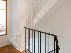 Renovatie • modern • houten trap • ijzeren trap • wit • houten raamprofiel • Kessel-Lo • Architect: Katrien Delespaul