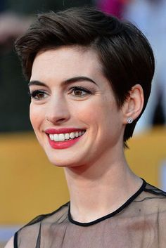Celebrity hairstyles always lead the way in setting new hairstyle trends. If you want to be on the cutting edge of style, don't miss this.Anne Hathaway with pixie haircut Pixie Cut Blond, Short Pixie, Short Hair Cuts, Pixie Cuts, Anne Hathaway Short Hair, Anne Hathaway Photos, Pixie Haircut, Protective Hairstyles, Hairstyles Haircuts