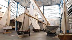 Le Port-musée de Douarnenezprésente une collection de référence nationale de 250 bateaux, conservée à flot et à terre, soit dans l'exposition permanente, soit dans ses réserves de 5000 m².