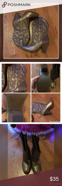 "Women's Cowgirl Boots 🌟Condition - preowned excellent with no major flaws. 🌟Color(s) - very hard to describe but I'm going to say a pewter silver-ish? 🌟Style & Features - cowgirl style with designs on boot as seen in photos, rounded toe, solid wood block heel, belt loops on top of each side of blue, extremely comfortable. 🌟Material - unknown, cannot find markings for a brand-name or material anywhere. 🌟Care - ? 🌟Measurements (laying flat) - 4"" heel Unbranded Shoes Heeled Boots"