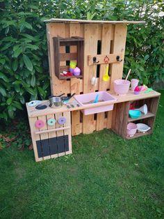 ᐅ Matschküche selber bauen aus Paletten & Obstkisten ᐅ make your own slate kitchen from pallets & fruit boxes Pallet Crafts, Diy Pallet Projects, Garden Projects, Wood Crafts, Garden Ideas, Garden Boxes, Art Crafts, Backyard Sheds, Backyard For Kids