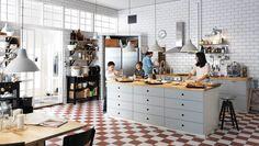 IKEA - snyggt kakel men med vitt golv + marockanskt kakel vid diskho. Inkaklat skafferi...!???  Kök med VEDDINGE grå lådfronter och luckor