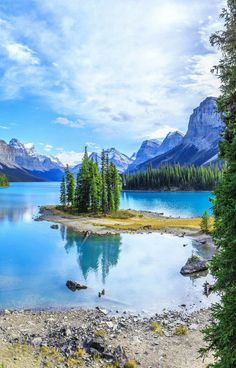 Maligne Lake in Jasper National Park! 10 Amazing Things To See And Do In Alberta, Canada! Visit Jasper National Park | Columbia Icefields | Banff National Park | Lake Abraham | Lake Louise | Peyto Lake and so much more!