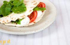 Piadina com salada caprese e rúcula | Panelinha - Receitas que funcionam
