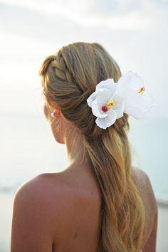 Acertar no penteado é essencial para completar o ar de elegância da noiva.  Para um visual sensual e romântico a dica de hoje são cabelos meio presos que levam conforto e flores para casamentos ao ar livre. www.facebook.com/blacktienoivas