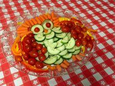 Gurkenkrokodil und Ähnliches zum Kindergeburtstag zubereiten - 12 Ideen Snacks Für Party, Fruit Salad, Food And Drink, Vegetables, Halloween Fingerfood, Kids, Fruit Ideas, Healthy Appetizers, Children Health