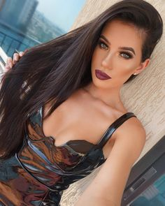 "LAURA BADURA op Instagram: ""I like a bit of PVC ☑️ #Motd #lips @anastasiabeverlyhills liquid lipstick in Trust Issues #glam #darkhorse #womeninblack #anastasiabeverlyhills #vegas_nay #makeup #me #picoftheday"""