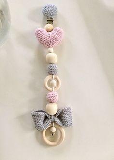 romantische hanger voor kinderwagen, maxi cosi en box € 12,50 met roze hartje en grijze strik