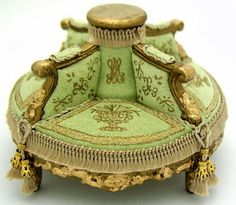 Good Sam Showcase of Miniatures: Furniture (jt-round couch by Mzia Dsamia) Miniature Rooms, Miniature Crafts, Miniature Furniture, Dollhouse Furniture, Victorian Sofa, Victorian Dolls, Antique Dolls, Diy Dollhouse, Dollhouse Miniatures