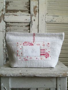 © Si un mas m& conté - Trousse - Small Projects Ideas, Projects To Try, Bandana Bib Pattern, Diy Bags Patterns, Diy Bags Purses, Make Do And Mend, Couture Sewing, Christmas Store, Practical Gifts