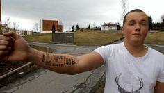Un adolescent se fait tatouer le ticket de caisse du McDo sur le bras