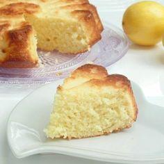 Gâteau au yaourt et au citron. Recette de cuisine ou sujet sur Yumelise blog culinaire. Moelleux et fondant à la fois. Au doux goût de citron, pas acide grâce à la bonne dose de sucre : un vrai régal !