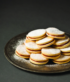cookie with dulche la leche Hungarian Cuisine, Hungarian Recipes, Cookie Desserts, Cookie Recipes, Dessert Recipes, Homemade Sweets, Gourmet Gifts, Dessert Drinks, Winter Food