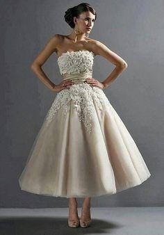 Dit flirterige, strapless, two-tone tule thee lengte jurk trouwjurken heeft Venetië kant applicaties en elegante kralen details op het lijfje. Een zijden dupioni sjerp cinches de taille van deze schattige jurkje.