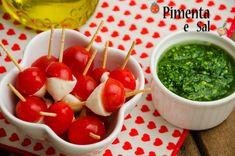 Saladinha de tomate com muçarela de búfala e molho de pesto de rúcula. Facil de fazer lindo de comer. Muito refrescante. Receita de saladinha fofa