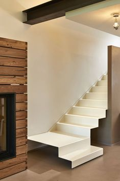 Il : Minimalist corridor, hallway & stairs by Studio ARTIFEX Staircase Railings, Staircase Design, Stairways, Foyer Colors, Narrow Entryway, Casa Patio, Modern Entrance, Stair Detail, Small Hallways