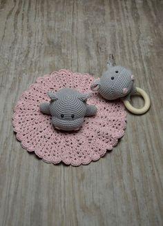 Oda the Hippo BABY. Hækleopskrift på den fineste lille nusseklud med tilhørende rangle. Oda the Hippo BABY er hæklet i økologisk bomuld fra Alba.