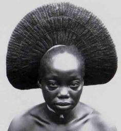 Nasara, one of the wives of Akenge with typical fan-shaped style of the Zande, Democratic Republic Congo. Photo: Herbert Lang Expedition, 1909 - The wives of the Zande rules, south of. African Tribes, African Women, African Image, African Culture, African History, African Hairstyles, Afro Hairstyles, Afrique Art, African Royalty