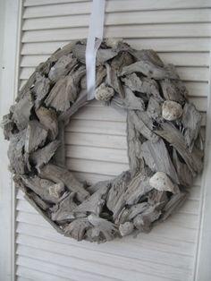 Landelijke krans grijs hout | Tips: http://www.jouwwoonidee.nl/kerstkrans-maken/