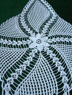 Hermoso algodón vintage mano ganchillo blanco corredor. En excelente estado Trabajo muy preciso. ¡Tiene un aspecto fantástico en oscuros mesas y manteles en colores contrastantes! Puede ser un regalo perfecto. Crea un ambiente acogedor. Medidas (aprox.): 62 x 33 cm--> 24.4 x 13