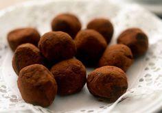 Klassisk chokladtryffel - Recept | Arla Christmas Candy, Christmas Treats, Christmas Recipes, Coconut Sugar, Lchf, Truffles, Dog Food Recipes, Almond, Low Carb
