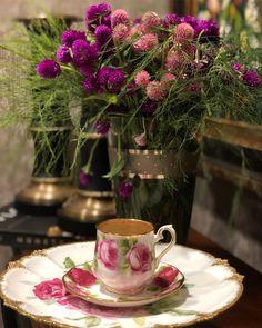Este posibil ca imaginea să conţină: plantă, floare, masă, băutură şi interior Coffee Images, Coffee Illustration, Coffee Love, Afternoon Tea, Glass Vase, Tea Cups, Table Decorations, Mugs, Tableware