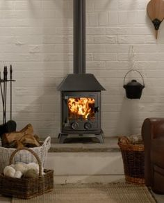 Yeoman Exmoor Wood/Multi-fuel Stove - Classic, simplistic styling and the perfect size for smaller rooms, the Yeoman Exmoor is designed to enhance the room setting, whether traditional or contemporary.
