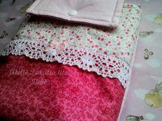 Lindo porta-fraldas em tricoline 100% algodão, incluindo o forro. <br>Fechamento com botão de pressão. <br>Detalhe em renda de algodão e lacinho de fita combinando. <br>Ideal para guardar fraldas e pomada. <br>Para ser levado na bolsa da mamãe ou bolsa do bebê. <br>Pode ser levado para a cheche também.