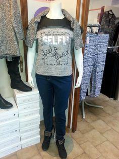 """Selfie .... et jeans baskets en grande taille! c'est esprit décontracté le vendredi au bureau, j'enfile mon tee shirt """"SELFIE"""", je l'adore en gris chiné avec l'empiècement en simili trop tendance cette saison (disponible du 42/44 au 54/56 à 24.99€) un jeans brut (du 46/48 au 54/56 à 34.99€) et mes baskets à carreaux (du 41 au 44 à 24.99€) un pull gris chiné à manches trois quart sur les épaules (24.99€ du 42/44 au 54/56) et ma tenue du jour est prête! Bon week end les filles!"""
