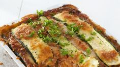Kesäkurpitsalasagnessa pastalevyjen tilalla käytetään kesäkurpitsaviipaleita. Lasagne on gluteeniton kun käytät maissitärkkelystä. Resepti vain noin 2,50 €/annos. Pasta Recipes, New Recipes, Vegetarian Recipes, Cooking Recipes, Favorite Recipes, Finnish Recipes, Fodmap, Tofu, Quiche