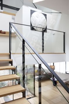 Photo – ESCA 'DROIT® 2 Rotating Quarters with Large Rectangular Intermediate Landing. Design interior staircase in metal, wood and glass for a contemporary loft-style interior.