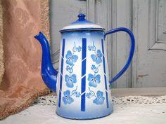 Pot ancien émail français café. Français le pot de café émail fleur bleue. Art déco émail. Rayures bleues et blanches. Français cuisine minable.