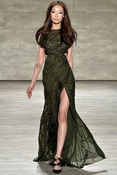 Vestido largo sin mangas en color verde con apertura en ambos laterales y en el largo, textura de lentejuela