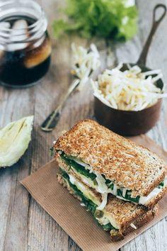 Sándwich de aguacate y mozzarella - Hoy les propongo otra receta de sándwich sano, rico y sencillísimo de preparar. Este sándwich de aguacate y queso Mozzarella integra uno de los ingrediente típicos que todos consumimos en México: el aguacate.