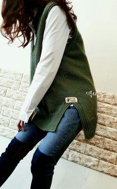 ♡여자를 지적으로 만들어주는 그린계열에 보들보들, 섬유유연제를 쓴것같은 부드러운 면사로 완성한 손뜨... Crochet Case, Crochet Stitches, Knit Crochet, Knit Vest Pattern, Knit Patterns, Colourful Outfits, Winter Fashion, Bomber Jacket, Knitting