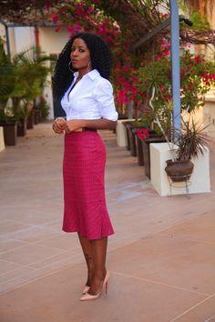 O que é essa saia pink? Como o ponto de destaque é a saia, a camisa e o sapato ficaram em tons mais neutros. Super elegante e super inspirador! #dia73 #lookdodia #pink #camisabranca #pinkskirt #taianemonteiro