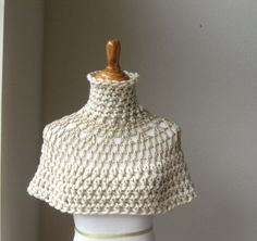 BEIGE TURTLENECK CAPELET Crochet // Circle Mini por marianavail,