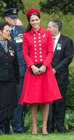 Pin for Later: Kate Middleton hat sich in diesem Jahr selbst übertroffen  Sie verfeinerte das Mantelkleid von Catherine Walker mit einer Brosche.