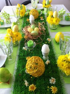 Decorate table decoration for Easter with colorful colors and fresh flowers - ostern - Arranjos Easter Brunch, Easter Party, Easter Dinner, Yellow Candles, Brunch Decor, Brunch Table, Easter Table Decorations, Easter Table Settings, Easter Centerpiece