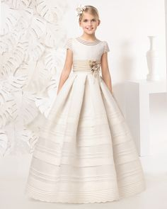 Vestido comunión con lorzas de esterilla fina de seda, en color marfil.