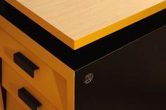 Ce bureau à la touche industrielle grâce à ses pieds métal a été entièrement rénové. Repeint en jaune et noir, ces couleurs modernes et contrastantes attirent forcément l'oeil ! Pratique grâce à ses 3 tiroirs et son casier sous le plateau, vous pourrez ranger tous vos documents. Le plateau a été rénové avec un placage chêne clair.  Pour une chambre d'ado ou un intérieur indus' / loft ce bureau sera parfait.  Dimensions : L.110 x H. 78 x P. 60cm