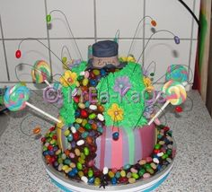 Charlie og chokoladefabrikken, kage til venindes fødselsdag: http://krea-kaos.blogspot.dk/2012/03/charlie-og-chokoladefabrikken.html#