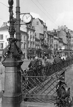 German occupied Warsaw, Poland, Warszawa w latach okupacji - tramwaj linii 14 na Krakowskim Przedmieściu, obok pomnika Mickiewicza