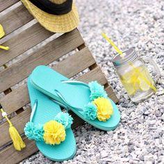 Tongs Crochet, Cheap Flip Flops, Flip Flop Craft, Crochet Flip Flops, Decorating Flip Flops, Diy Craft Projects, Crafts, Decorated Shoes, Shoe Clips