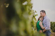 Novios abrazandose en viñedos de casa madero