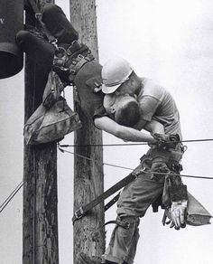 The Kiss Of Life by Rocco Morabito - 1968 Pulitzer Prize. Photographer Rocco Morabito, whose shot of a utility worker saving the life of a fellow lineman who had been shocked by a high-voltage wire won a Pulitzer Prize in The Kiss, Iconic Photos, Old Photos, Rare Photos, Rare Pictures, Funny Pictures, Der Boxer, Rare Historical Photos, Nikola Tesla