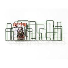 City Sunday Zeitschriftenregal von minus tio erinnert an die Struktur und Silhouette einer Großstadt, und passt sowohl Zuhause, als auch im Büro. Kombinieren Sie mehrere Zeitschriftenregale, um eine wunderbare Aufbewahrungsleiste an der Wand zu schaffen!